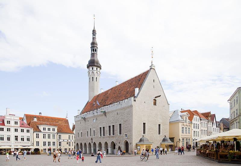 800px-Plaza_del_ayuntamiento,_Tallinn,_Estonia,_2012-08-05,_DD_02