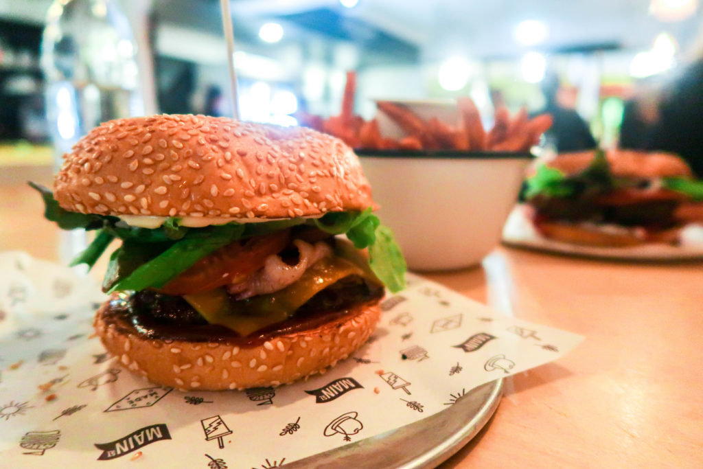 Looking for the best restaurants in Byron Bay? This Byron Bay foodie guide includes where to find the best healthy, vegan cafés, tacos, pizza, burgers, Asian food, delicious coffee, and more. Click here to see where to eat in Byron Bay!