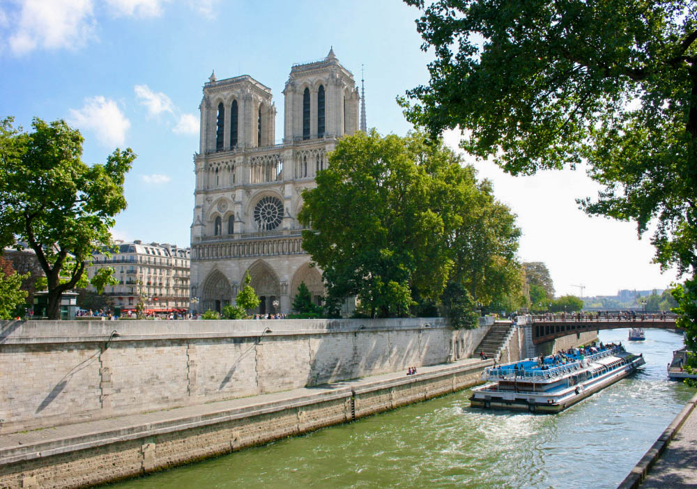 Want to experience Paris like a Parisian? From where to snack to where to hang out, this post includes 10 quintessentially Parisian things to do in Paris! | Paris | France | Paris Photography | Things to Do in Paris | Paris Food | Sacre Coeur | Paris Fashion | Eiffel Tower | Paris Cafe | Paris Shopping
